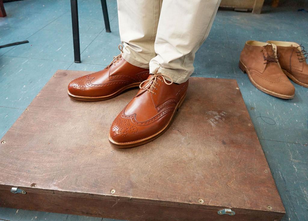 Schuhe stehen auf einem Holzpodest.