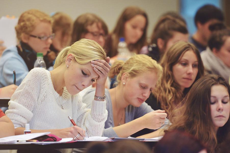 Viele Studierende in einem Hörsaal.