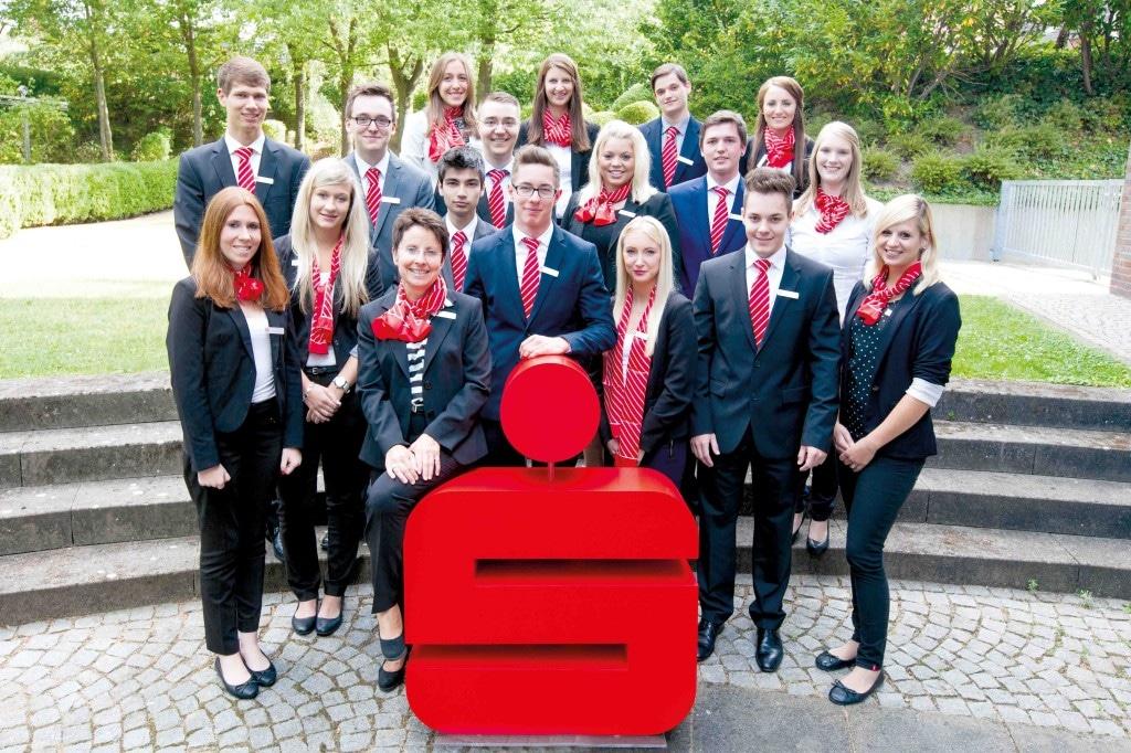 Auszubildende der Sparkasse Westholstein posieren für ein Gruppenfoto.