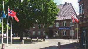 """Es gibt etwa 150 Ortsnamen, die auf -büll enden. Es bedeutet einfach nur """"Wohnen"""" oder auch """"Siedlung"""". Die Bezeichnung stammt aus dem Friesischen und die meisten Orte mit einem -büll am Ende sind auch in Nordfriesland zu finden. Niebüll ist übrigens das größte Büll."""