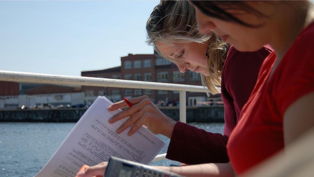 Studentinnen beim Lernen am Schwentineufer der FH Kiel