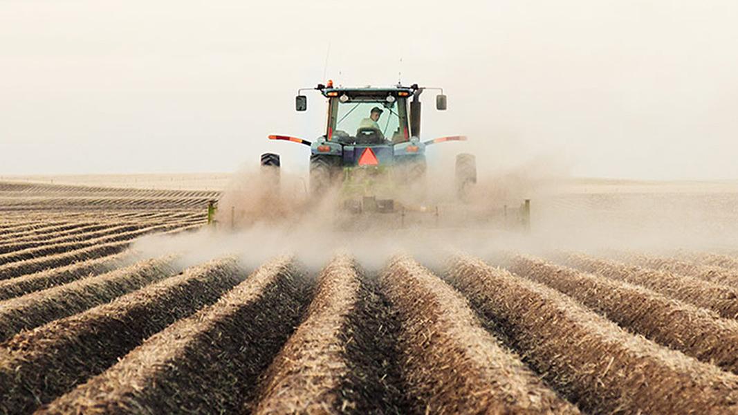 Ein Traktor fährt auf einem Feld.