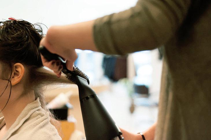 Du erkennst Mode und Trends, hast einen Blick für das Schöne und Peppige, kannst gut kommunizieren und sorgfältig arbeiten? Dann wird dir das Friseurhandwerk Spaß machen.