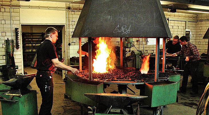 Berufsziel Metallgestalter(in): In der Lehrschmiede lernen bis zu zehn Azubis unter Anleitung eines Schmiedemeisters oder –lehrers.
