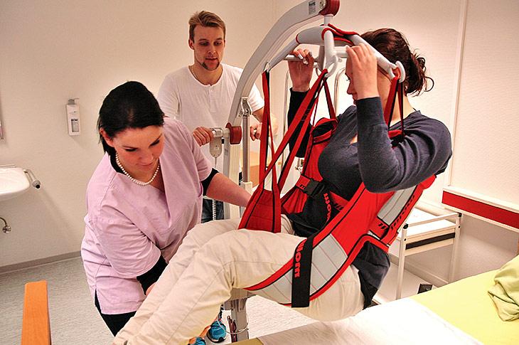 Berufsziel Pflegeassistent(in): Das Anheben von bewegungseingeschränkten Menschen muss praktisch geübt werden.