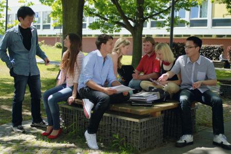Studierende auf dem Campus der FH - Lübeck