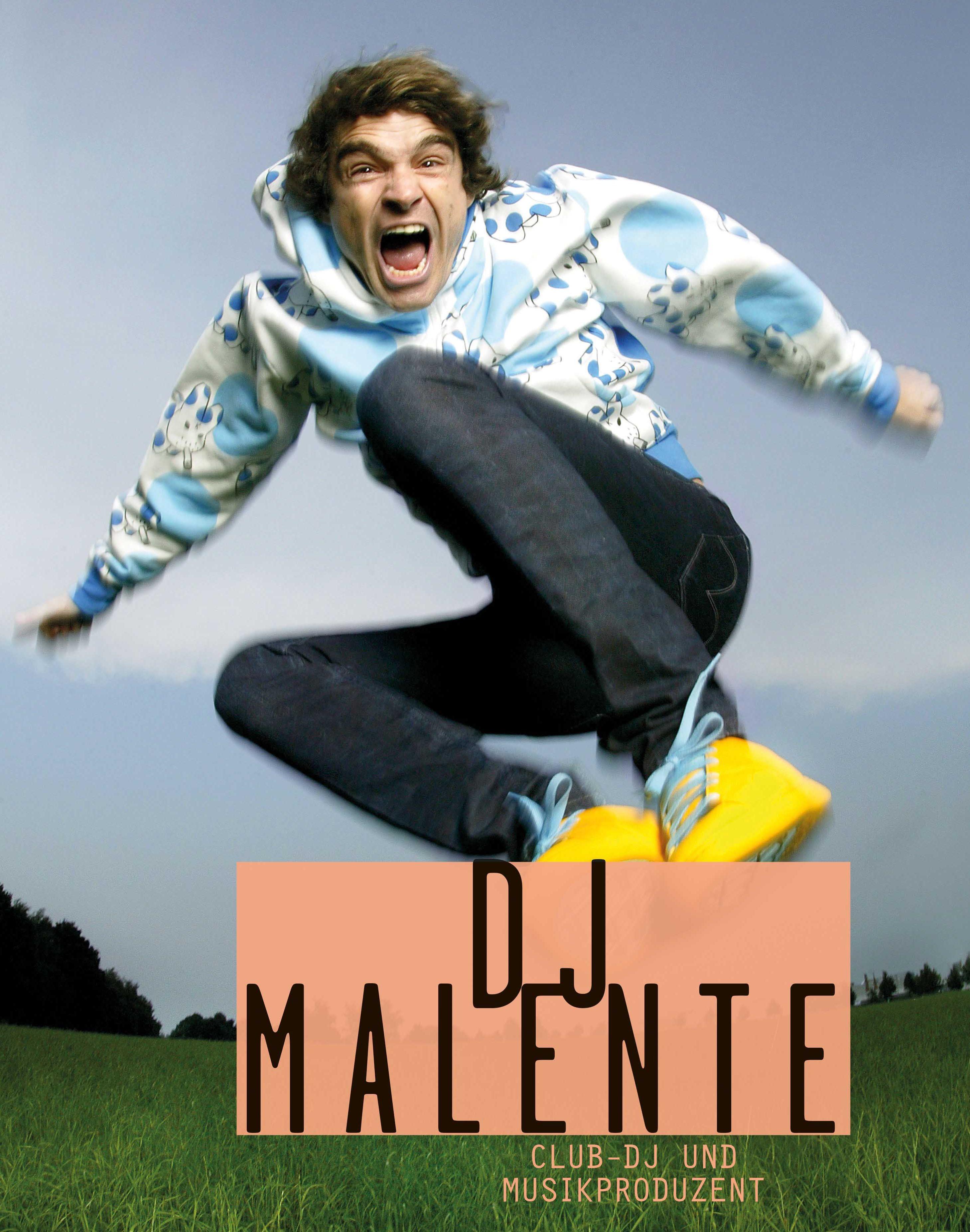 Ein Mann springt in die Luft.