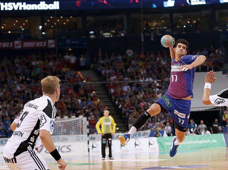 Ein Handballspieler bei Sprungwurf, kurz bevor er den Ball wirft.