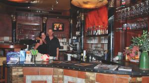 In einer Bar stehen zwei Leute hinter dem Tresen.