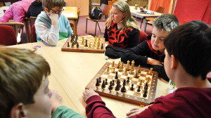 Schülerinnen und Schüler spielen Schach.