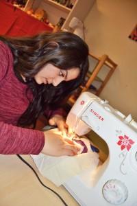Eine Schülerinarbeitet mit einer Nähmaschine.