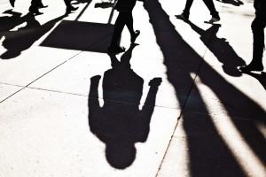 Schatten von Menschen auf dem Boden.