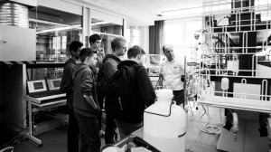 Schüler stehen in einem Labor.