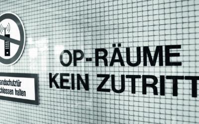 """Auf einer gekachelten Wand steht: """"OP-Räume. Kein Zutritt."""""""