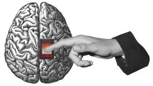 Eine Hand betätigt einen Schalter am Gehirn.