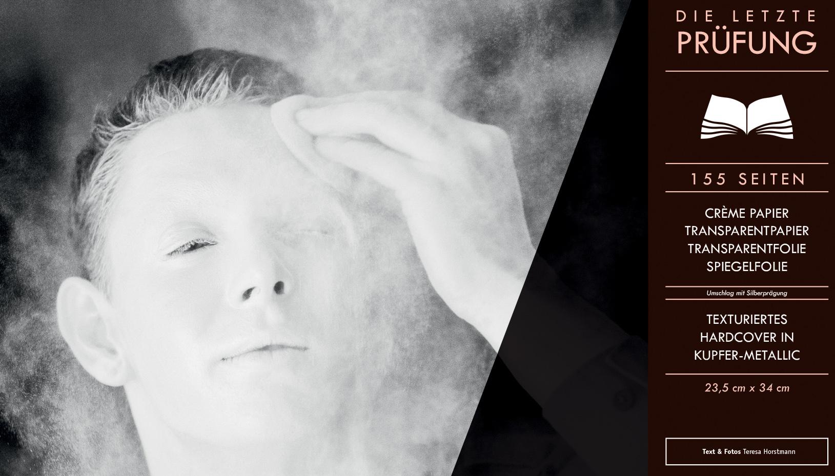Auf einem Foto wird eine weibliche Person weiß gepudert.