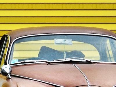 Die Windschutzscheibe eines Autos.