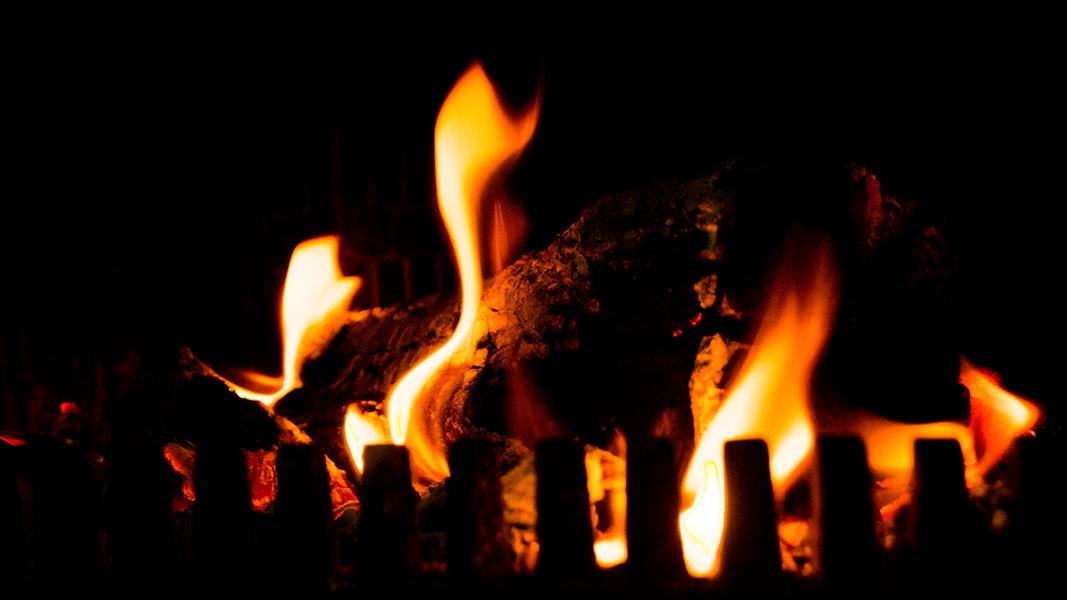 Ein Feuer in einem Kaminofen.