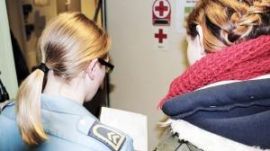 Eine junge Frau guckt einer Soldatin über die Schulter.