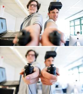 Zwei junge Männer halten jeweils einen Controller in der Hand.