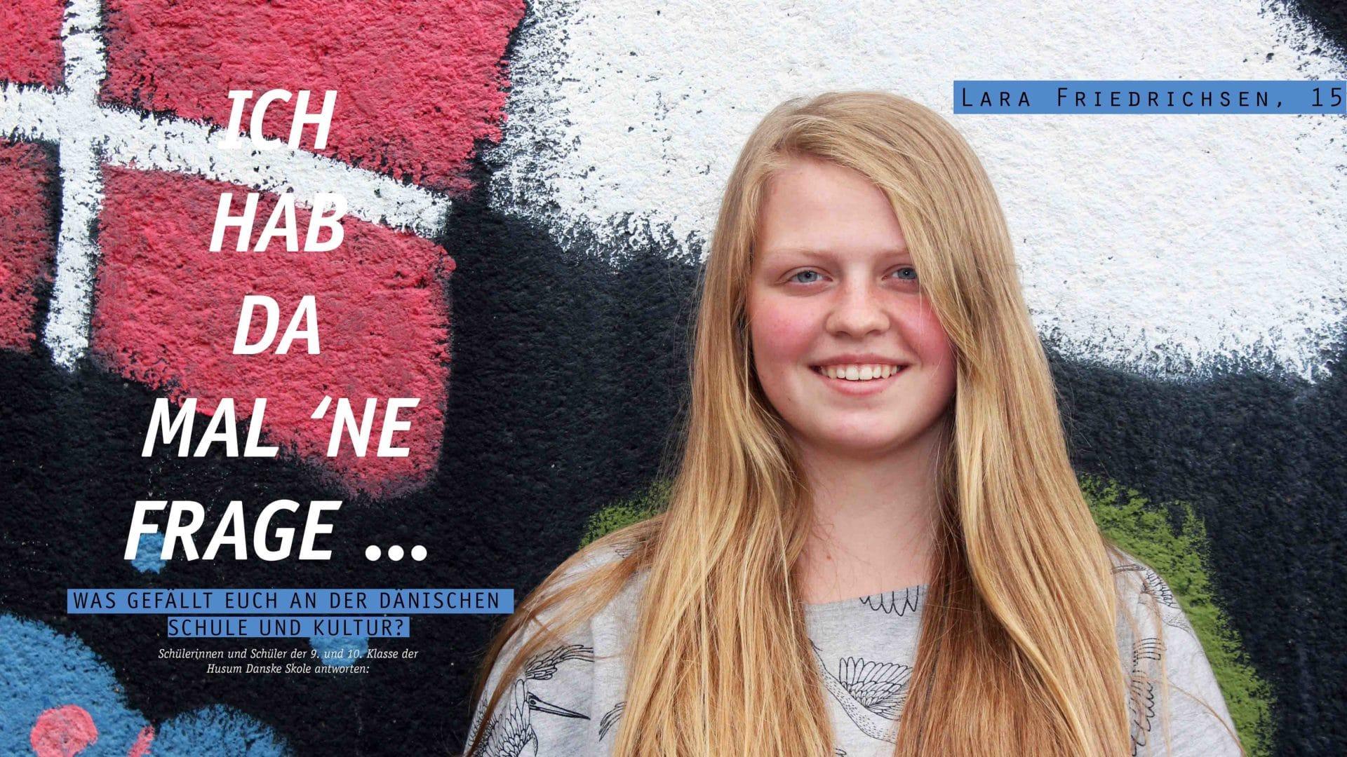 Ein blondes Mädchen steht vor einer bemalten Wand. Auf dieser ist die dänische Flagge zu sehen.