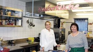 """Dank der """"Küchenfeen"""" Maja Hoffmeister und Gisela Klingenberg schmeckt es den Schülern in der Mensa. Die 50 Sitzplätze und sind immer gut ausgelastet."""