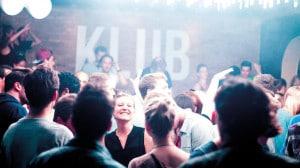 Menschen auf einer Party in einem Klub