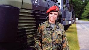 Hauptmann Yvonne Wagner vor einem Militärfahrzeug