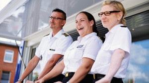 Karriereberatungsoffizier Maria Heimann (Mitte) und ihr Team am Info-Truck der Bundeswehr.