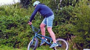 Ein Mann mit Helm auf einem Mountainbike.