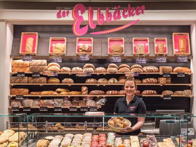 Auszubildende Johanna Richter in der Bäckerei heuer