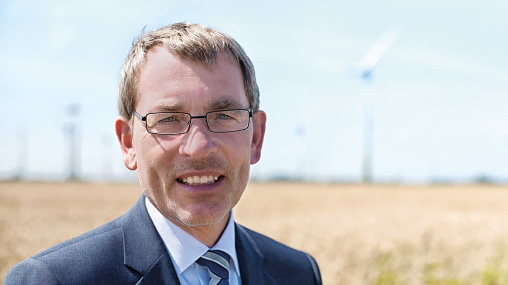 Landrat Dr. Jörn Klimant lächelt in die Kamera.