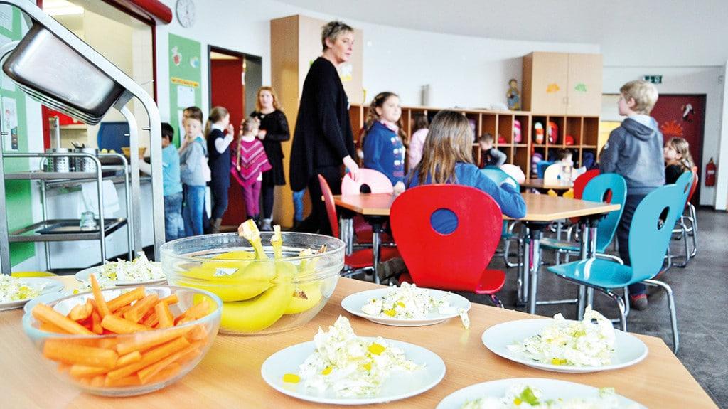 Schülerinnen und Schüler bereiten gesundes Essen vor.