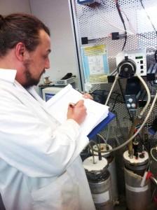 CMYK_Sebstian-Antonczyk-vor-dem-Reaktor-zur-Strohvergaerung-Kopie