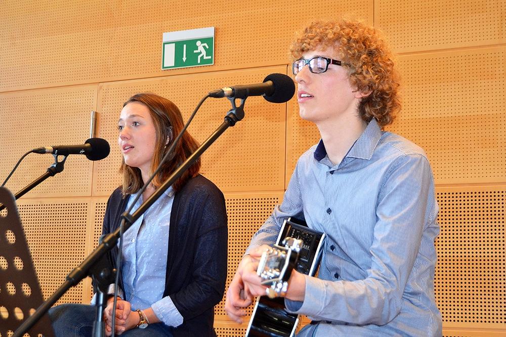 Schüler spielen bei der Verleihung des Berufswahl-SIEGEL-SH