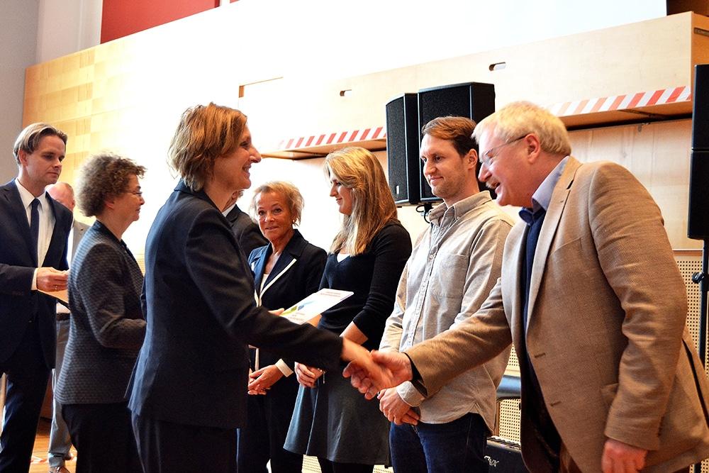 Britta Ernst verleiht das Berufswahl-SIEGEL-SH