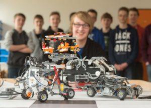 Schüler der Gemeinschaftsschule Meldorf mit denen im MINT-Unterricht konstruierten Lego-Modulen