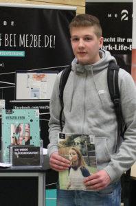 Interessierter Jugendlicher auf der Ausbildungsmesse in Brunsbüttel