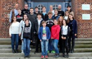 Gruppenfoto vor der Gemeinschaftsschule Brunsbuettel