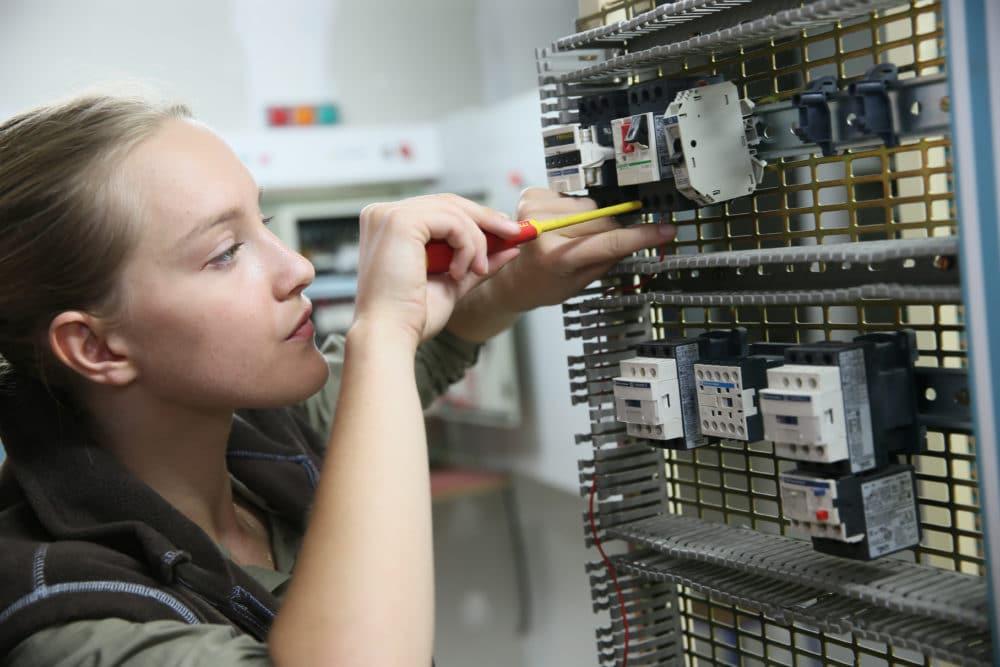 Elektronikerin für Energie-, und Gebäudetechnik bei der Arbeit