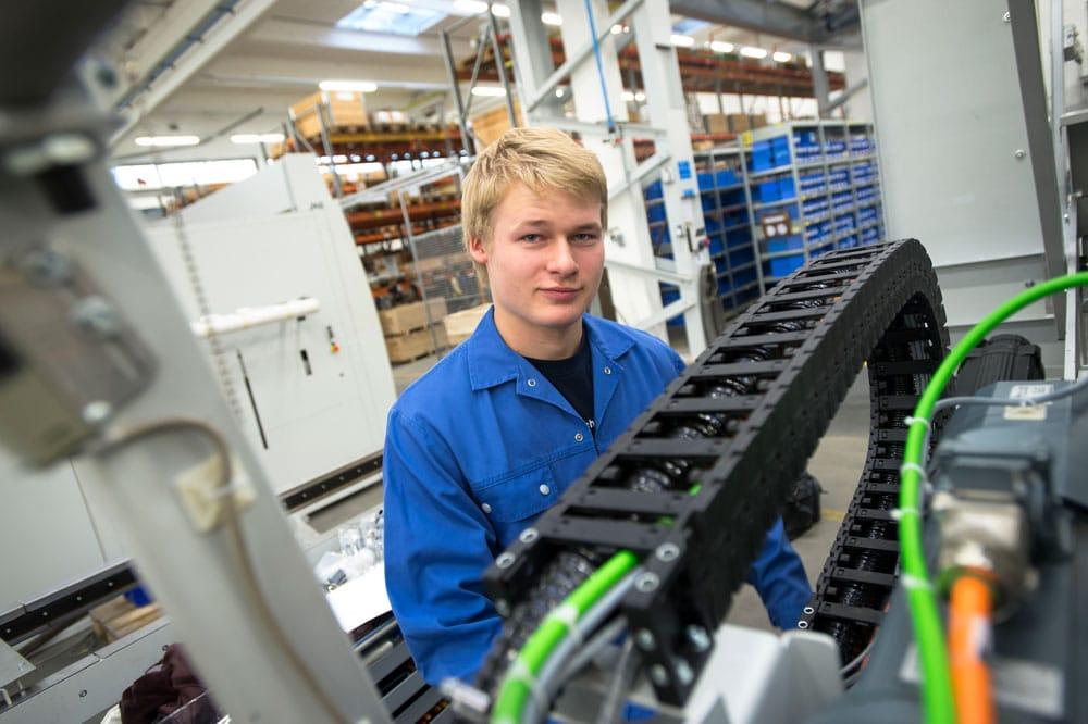 Elektroniker/in für Betriebstechnik bei der Arbeit