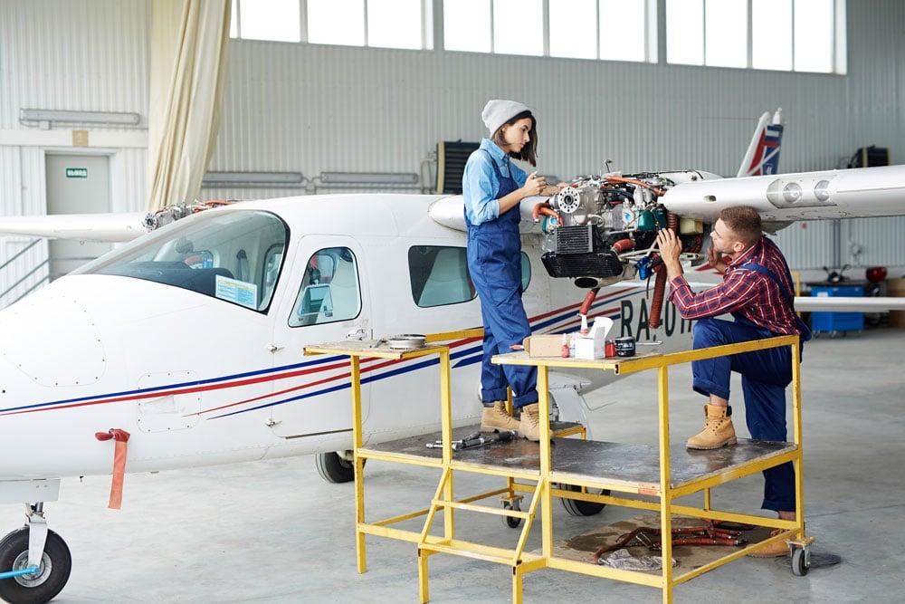 Fluggerätmechaniker bei der Arbeit
