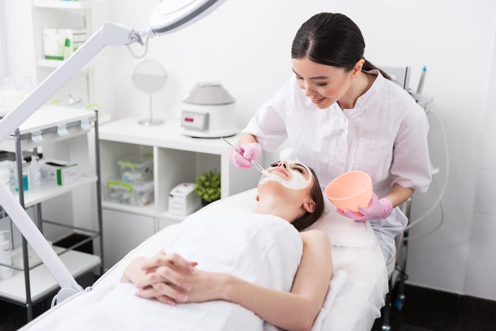 Kosmetikerin bei der Arbeit