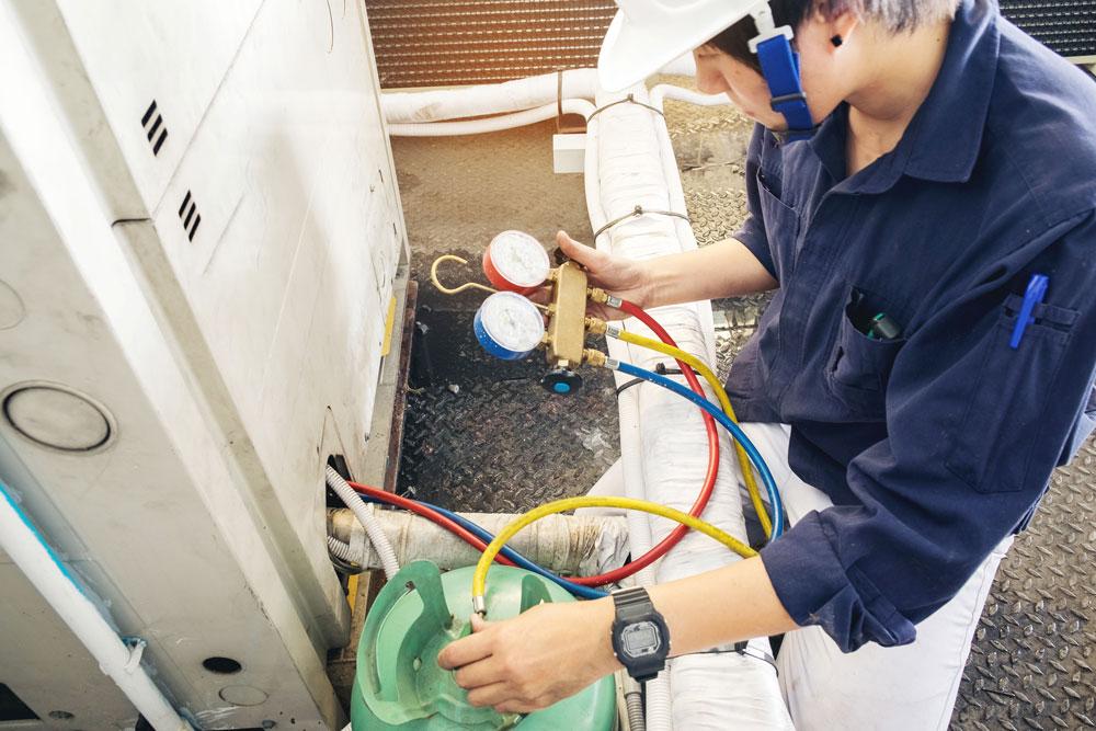 Ofen-. und Luftheizungsbauer bei der Arbeit