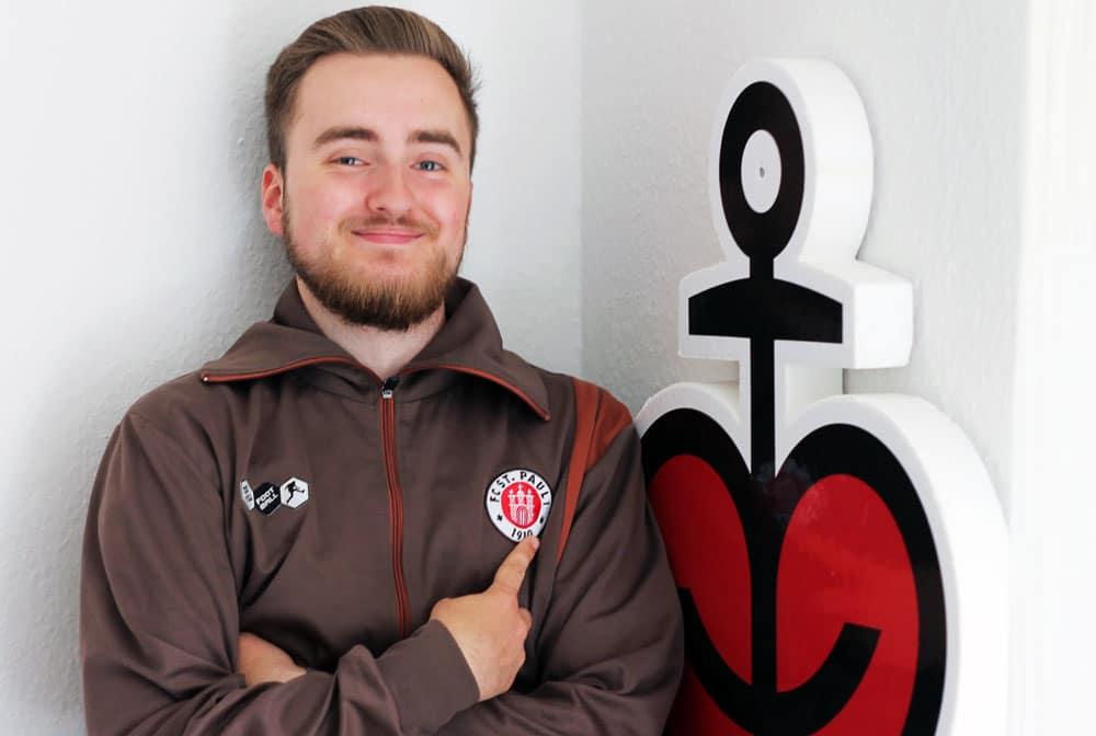 Abiturient Moritz Berndt an Wand gelehnt