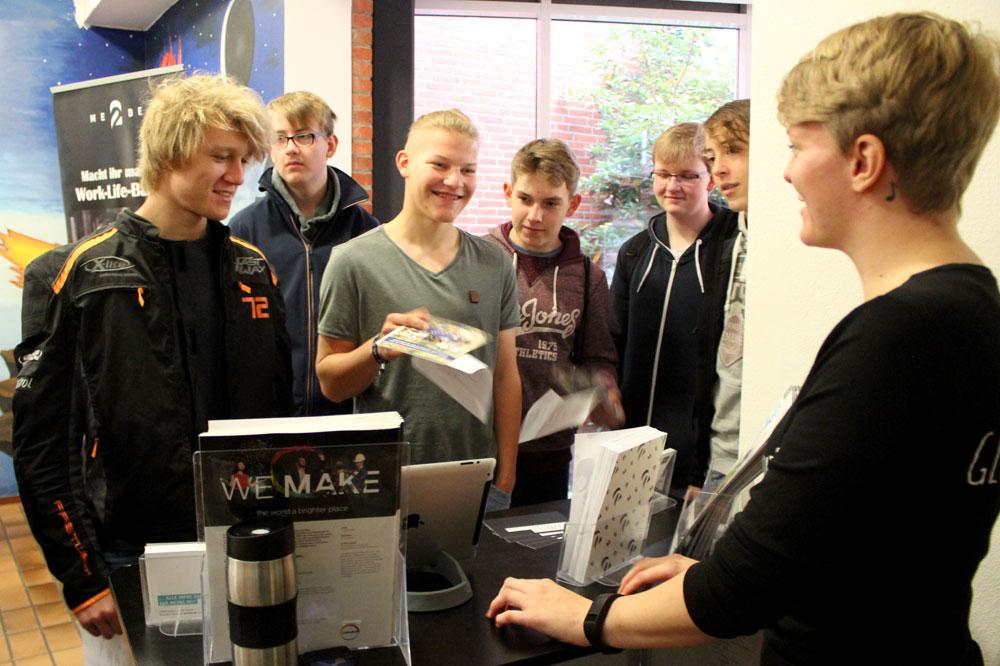 Schülergruppe am Stand von ME2BE
