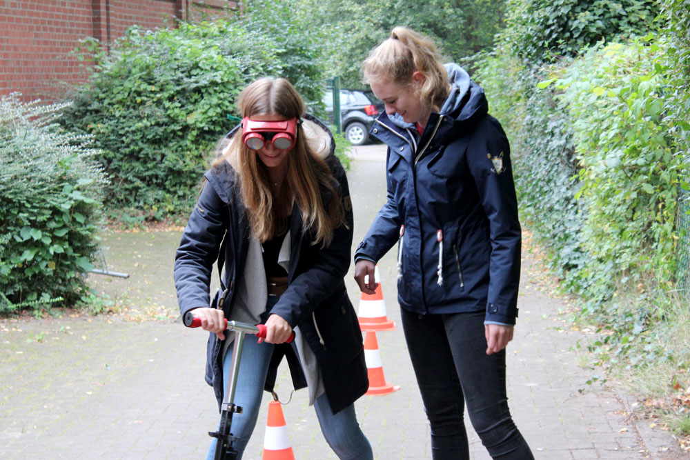 Zwei Mädchen probieren die Promille-Brille aus