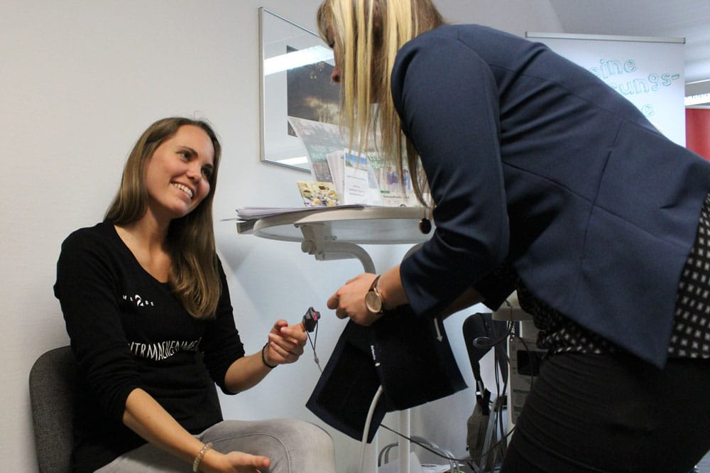 Mirja und die Ausbildungsbetreuerin Saskia Haack beim Blutdruck messen