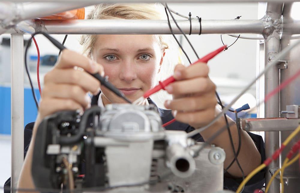 Elektrotechnikerin bei der Arbeit