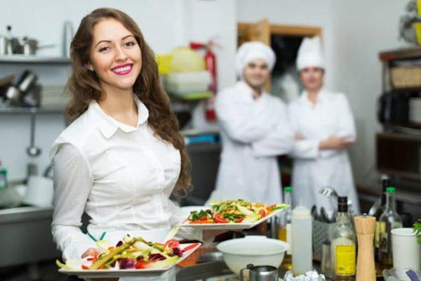 Restaurantfachfrau bei der Arbeit